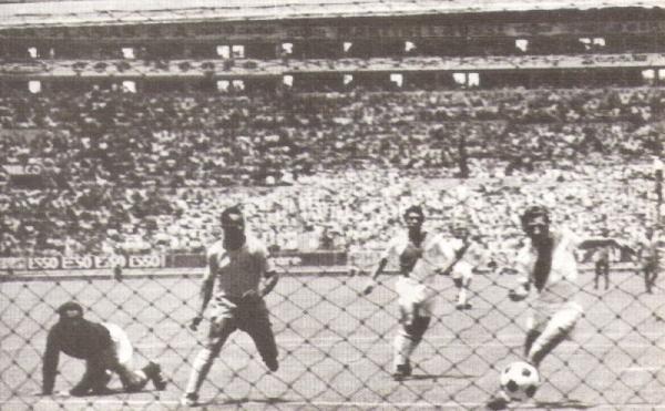 El balón queda picando en el arco peruano y Tostao, fuera de escena, llegará para barrerse y poner el 3-1 parcial (Foto: libro 'Goles con Historia', Teodoro Salazar Canaval)