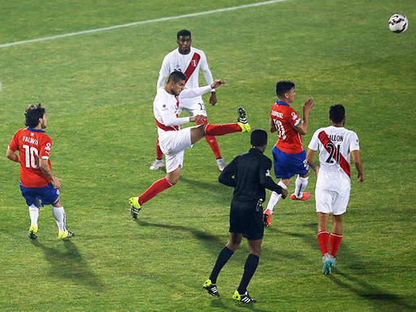Zambrano se pasa de revoluciones y agrede a Aránguiz. Perú se queda con diez jugadores ante Chile. (Foto: AP)
