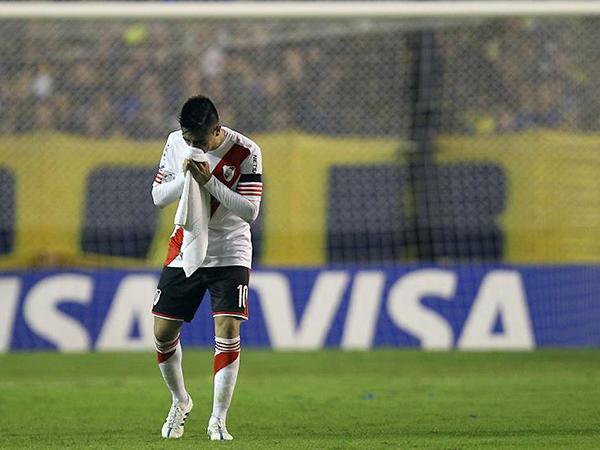 Cae gas en 'La Bombonera'. Se determina que Boca no sigue en competencia y River pasa a cuartos de final. (Foto: EFE)