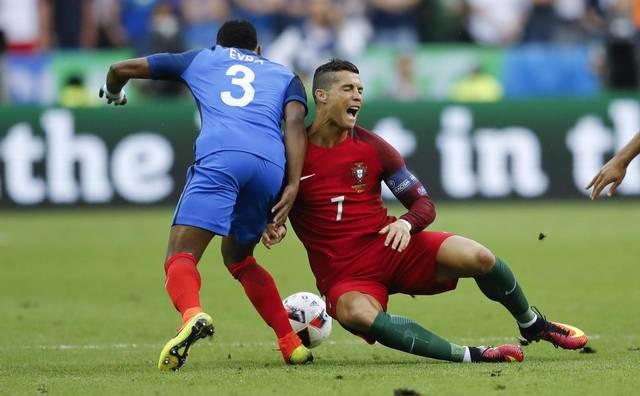 Antes de la media hora de juego, Cristiano Ronaldo quedaría lesionado. Evra había anunciado minutos antes la conclusión del portugués en la final. (Foto: AFP)