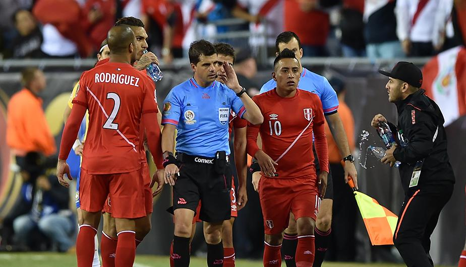 El uruguayo Cunha pudo cambiar la historia de Perú en la Copa América si cobraba la mano de Ruidíaz. (Foto: AFP)