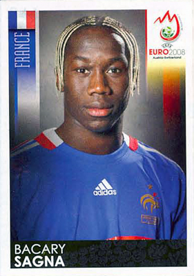 No será muy recordado por su gran nivel pero Sagna se ganó un espacio por su peculiar look (Cromo: Álbum Panini, Euro 2008)