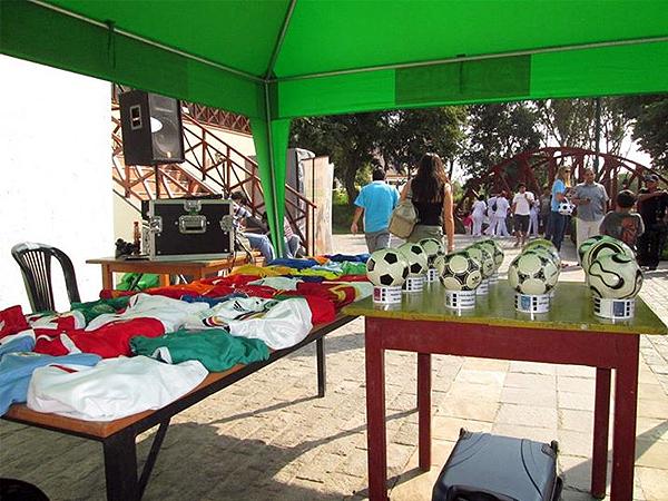 Los recuerdos mundialistas se exhibieron en el Parque de la Amistad de Surco, tal como las camisetas de los países que jugarán Brasil 2014 y los balones de todos los mundiales (Foto: DeChalaca)