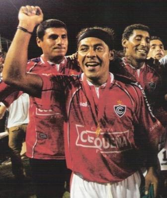 Alessandro Morán dio la vuelta de la Sudamericana 2003 y la Recopa 2004 con Cienciano, pese a ser hincha de la 'U' (Foto: revista El Gráfico Perú, especial Cienciano campeón Recopa 2004 p. 4)