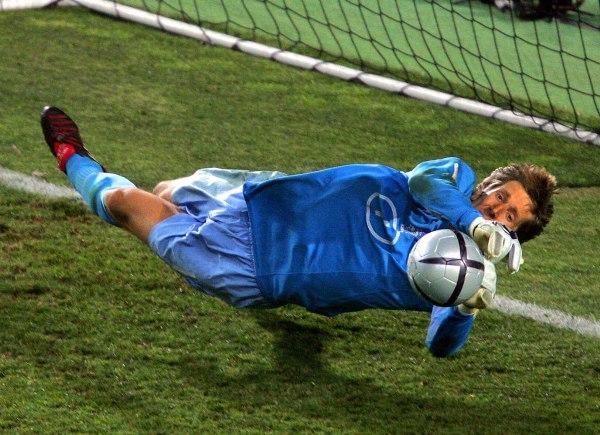 Van der Sar atajando penales, una de sus especialidades mayores, acá con la camiseta de la 'Oranje' holandesa (Foto: 1000goals.com)