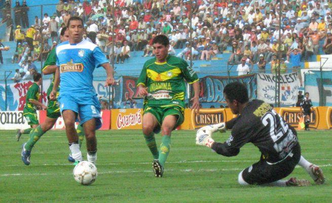 Cominges cargando contra el arco de Sport Áncash, observado por Fernando Masías (Foto: Gian Saldarriaga / DeChalaca.com)