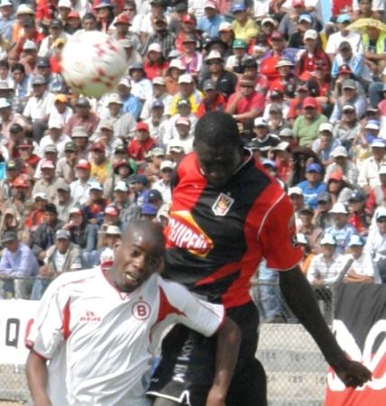 Farfán se ha reconvertido hacia un perfil de jugador que cumple funciones de marca, como acá ante el ecuatoriano Mercado (Foto: Prensa FBC Melgar)
