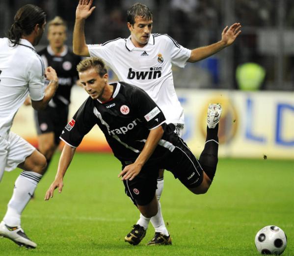 Van der Vaart está siempre sujeto a incisivas marcas en la volante del Madrid (Foto: Eurosport)