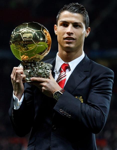 Cristiano Ronaldo y el Balón de Oro, el máximo galardón que recibió en un 2008 exitoso para él (Foto: AP)