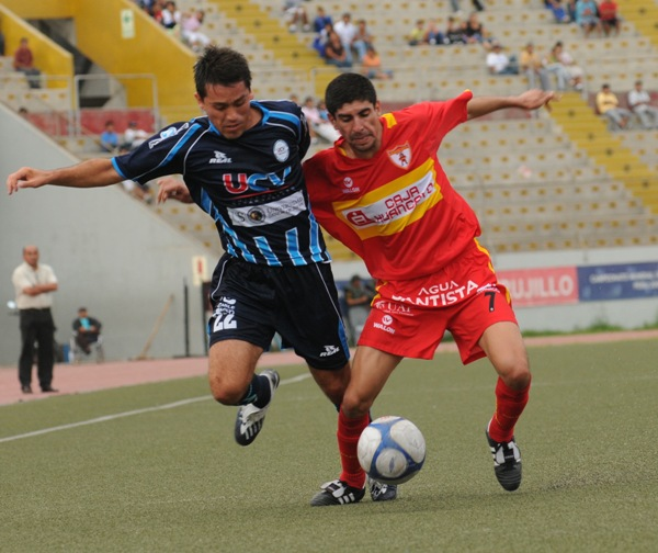 Fernando Masías extiende los brazos para marcar a David Soria (Foto: diario La Industria de Trujillo)