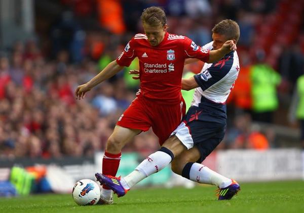 Con su traspaso a la Premier League, Lucas Leiva debió agregarle a su fútbol una labor combativa en el mediocampo del Liverpool (Foto: AFP)