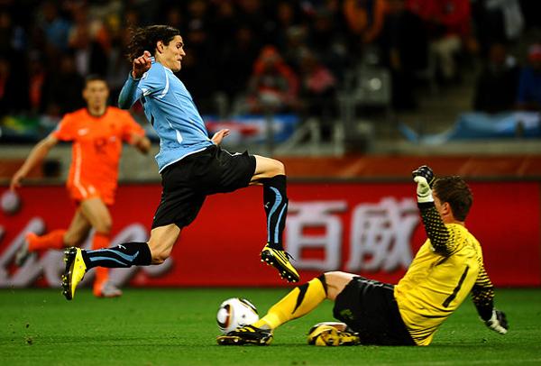 En el Mundial de Sudáfrica es que Cavani dio muestras de lo que es capaz de hacer dentro de la gran campaña que cumplió la selección uruguaya (Foto: AFP)