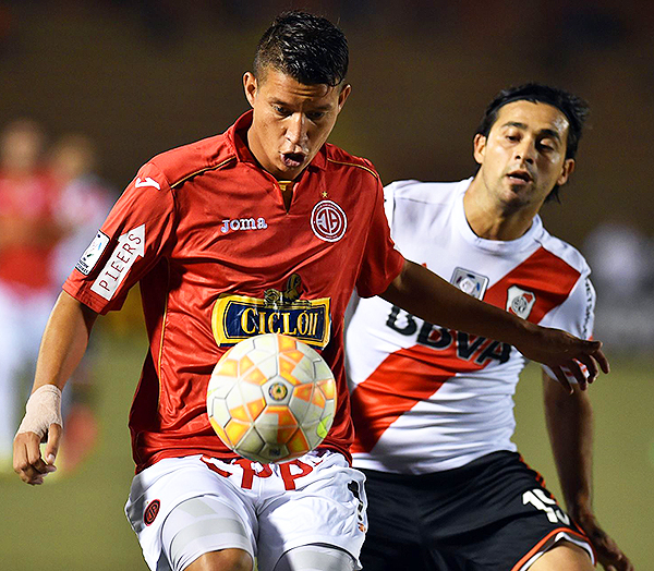 Con camiseta de Aurich, le marcó en River en un increíble empate en el Monumental de Núñez. (Foto: AFP)