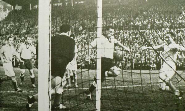 Gol de Max Morlock para poner a Alemania Federal arriba ante Sarre. Fue en el choque entre ambos conjuntos en la Eliminatoria rumbo a Suiza 1954 (Foto: saar-nostalgie.de)