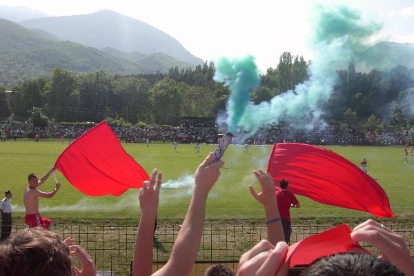 El único humo que enturbia los aires en el estadio Shahin Haxhiislami de Kósovo en la actualidad es el de las bombardas de los seguidores del KF Besa (Foto: imageshack.us)