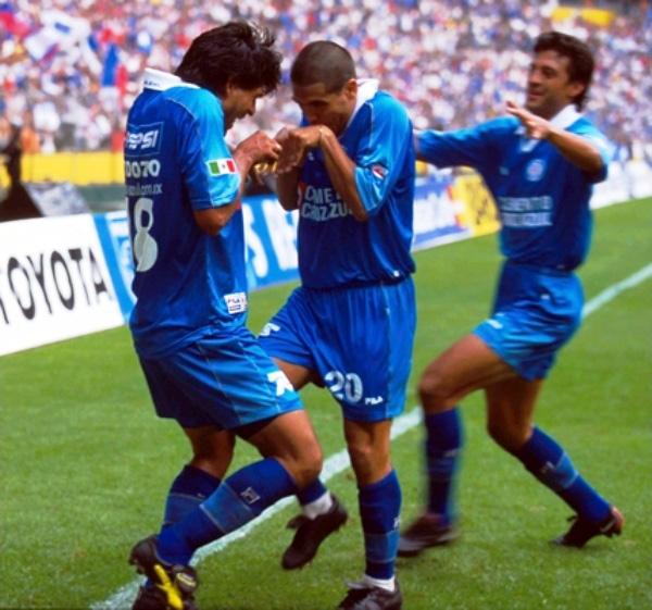 Característica celebración de José Saturnino Cardozo, la cual se repitió con insistencia en la campaña de Cruz Azul en la Libertadores 2001 (Foto: euro.mediotiempo.com)