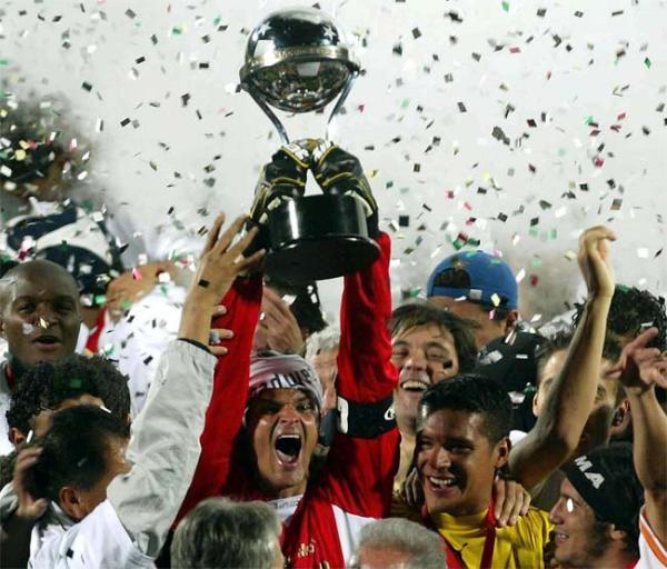 El portero Miguel Calero levanta la Copa Sudamericana 2006, la cual obtuvo Pachuca con absoluta supremacía (Foto: yahoo.com)