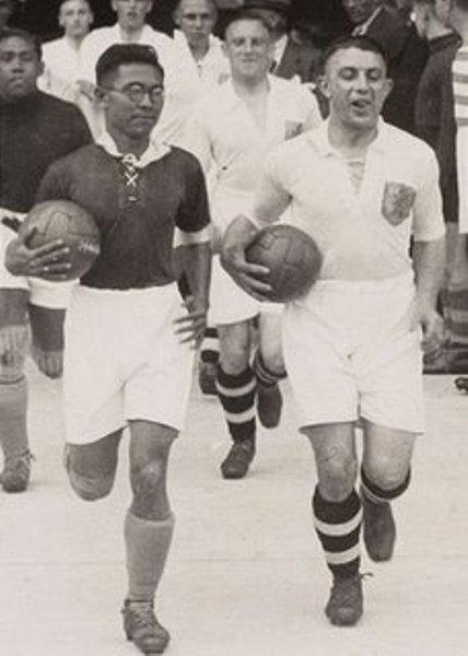 Achmad Nawir, capitán de Indias Orientales Holandesas, en la salida junto a su par húngaro en el estreno mundialista en Francia 1938. Lo peculiar de la imagen: los lentes que lleva puesto (Foto: facebook.com)