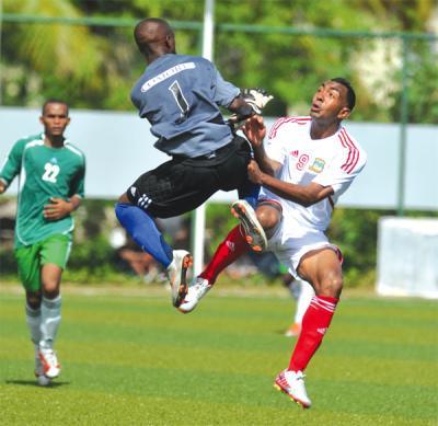Las selecciones de Seychelles y Comoros se enfrentan en la última edición de los Juegos Índicos en el que los primeros fueron locales o (Foto: fútbolentreselecciones.blogspot.com)