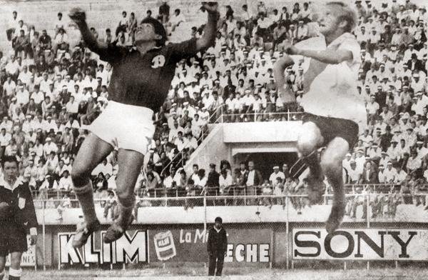 Con la creación de la Copa Simón Bolívar, equipos de la capital se median ante cuadros de los diversos departamentos tal como este encuentro de 1967 entre Deportivo Bata de Quillacollo y Always Ready de La Paz (Foto: clubdeportivobatadequillacollo.blogspot.com)