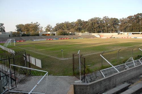Los árboles que rodean las tribunas delatan la ubicación del estadio Charrúa en el Parque Rivera (Foto: municipioe.montevideo.gub.uy)