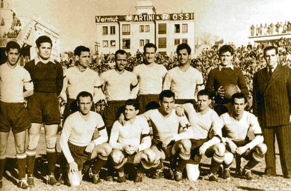 El equipo seleccionado de las Islas Canarias que logró vencer a San Lorenzo de Almagro en su gira por España en 1952 (Foto: tintaamarilla.es)