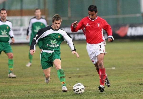 La selección de Extremadura también tuvo ocasión de medir fuerzas con un combinado peruano entre los que se encontraba Nolberto Solano (Foto: elperiodicoextremadura.com)
