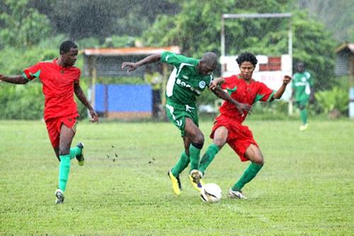 Escenas de un partido del Robinhood, el equipo más laureado de Surinam, en su liga local (Foto: svrobinhood.webs.com)