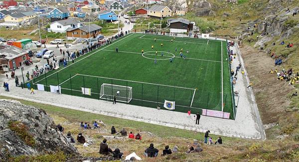 La mejor cancha de fútbol de Groenlandia tiene también uno de los marcos más curiosos aunque el césped artificial hace que destaque por sobre otras (Foto: fifa.com)