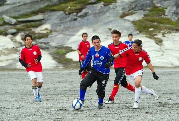El fútbol en Groenlandia se practica pese a las dificultades con los terrenos de juego y el clima (Foto: sermitsiaq.ag)