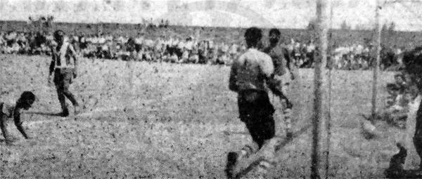 La cancha de Matute luce invadida de seguidores que observan un gol de Alianza Lima en el arco de Surinam (Recorte: diario La Crónica)