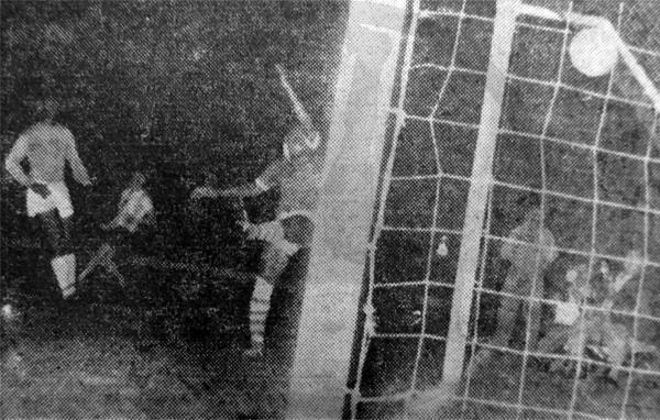 Con este autogol de Humber Boerleider, Surinam comenzó a sufrir frente a Argentina su primera derrota en el Pentagonal (Recorte: diario La Crónica)