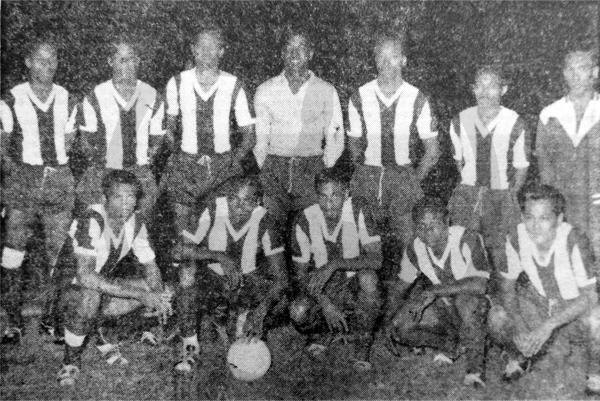 Un descuido en la organización obligó a que la selección de Surinam vistiera la camiseta de Alianza Lima en su choque ante México (Recorte: diario La Crónica)