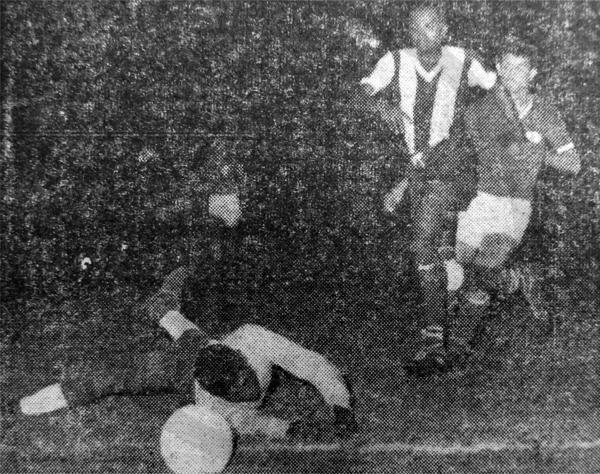 El portero Harry Blijd apenas si logró desviar un remate del mexicano Raúl Chávez en la goleada que sufrió Surinam durante la tercera jornada (Recorte: diario La Crónica)