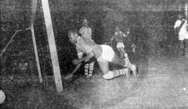 Gol de Alberto Gallardo para Perú que así igualó transitoriamente el marcador frente a Surinam (Recorte: diario La Crónica)