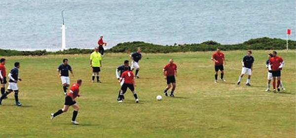 La selección de las islas Malvinas (rojo) en un partido amistoso. (Foto: la-pelota-no-dobla.blogspot.com)