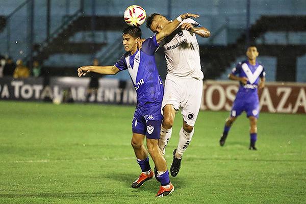 Vélez y Real Pilar en un partido para la historia. (Foto: Télam)