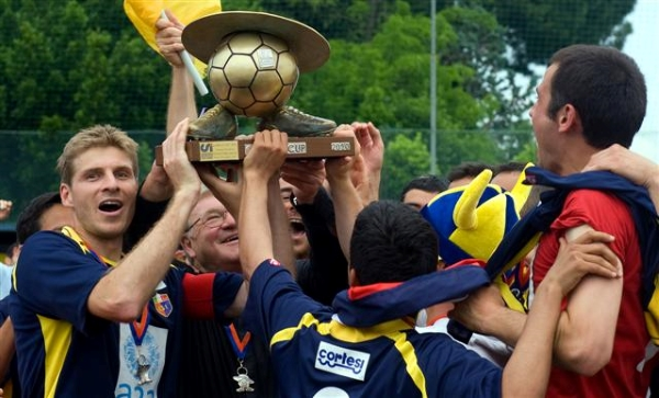 Redemptoris Mater campeonó tres de las cuatro primeras ediciones de la Clericus Cup. Aquí con el trofeo de su último título, en 2010. (Foto: Prensa Clericus Cup)