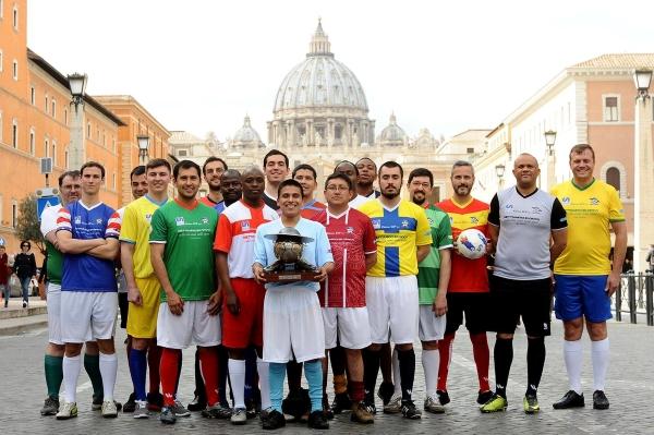 La diversidad de nacionalidades entre los clérigos residentes entre Roma y El Vaticano permite que vistan los colores de sus países en el certamen. (Foto: Prensa Clericus Cup)