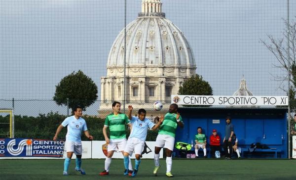 La Basílica de San Pedro en el fondo de los partidos disputados en el Centro Sportivo Pio XI por la Clericus Cup. (Foto: vita.it)