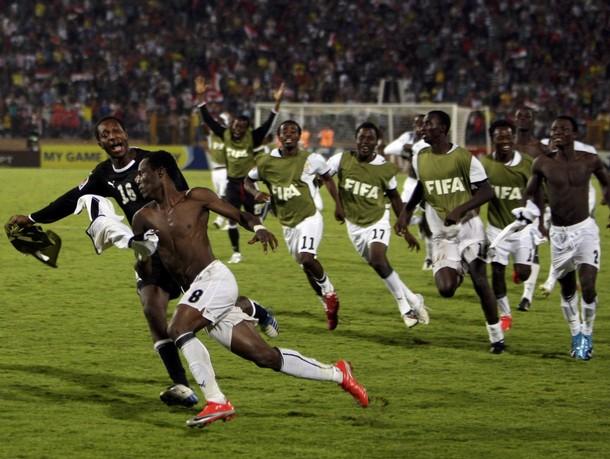 El desaforado festejo ghanés luego del penal convertido por Agyemang-Badu -quien encabeza el séquito- ante Brasil (Foto: Reuters)