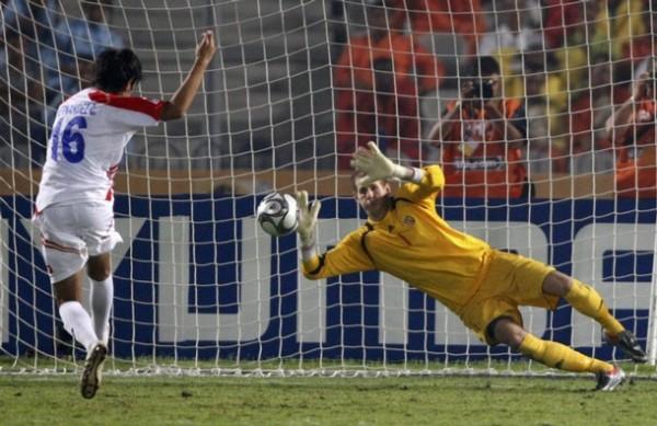 El meta húngaro Gulacsi, gran figura del Mundial, le ataja un penal al costarricense Hernández. La selección magiar acabó tercera y los ticos, cuartos (Foto: Reuters)