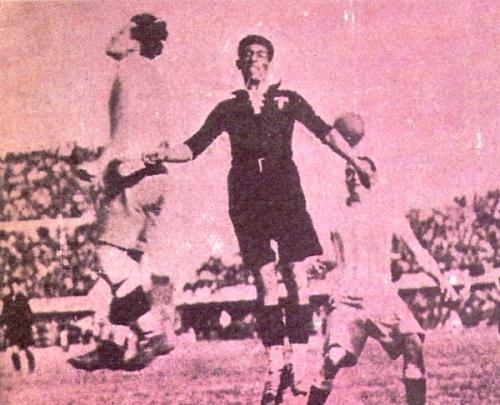 Escena del Argentina 6 - México 3 de Uruguay 1930, único partido mundialista hasta ahora en que ambos equipos contrincantes habían errado un penal cada uno (Recorte: revista Goles)
