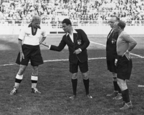 Sorteo de capitanes antes del Alemania - Austria por el tercer lugar del Mundial Italia 1934, en Nápoles (Recorte: Enciclopedia Mundial del Fútbol, Editorial Océano)