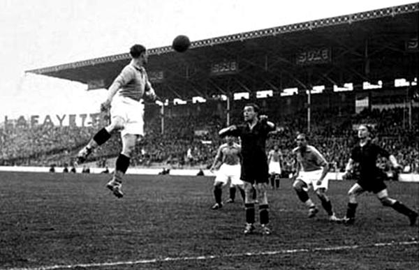 Por los cuartos de final de Francia 1938, Italia, con uniforme negro por decisión de Mussolini, eliminó a Francia (Foto: tacomundial.com)