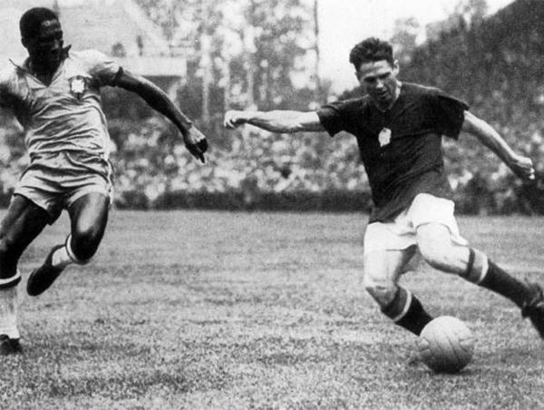 Ferenc Puskás ante Djalma Santos en 'La batalla de Berna' por los cuartos de final del Mundial de 1954 cuando Hungría eliminó a Brasil (Foto: Imago)