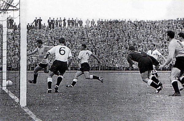 Un ataque de Argentina en 1958, en Suecia, el día de su primer enfrentamiento ante Alemania y con una camiseta amarilla (Recorte: revista El Gráfico)