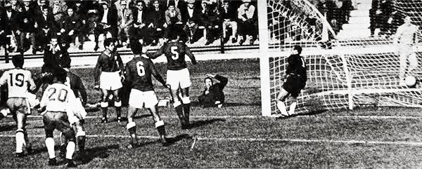 Yamasaki le cobró este gol a Garrincha en el partido contra Chile, minutos antes de sacar del campo a 'Mané' (Recorte: revista Gol y Gol)