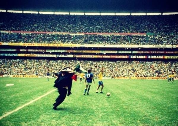 El mariachi que se metió a la cancha al final del partido. América Latina en su más pura expresión. (Foto: Pinterest)