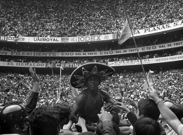 Pelé con sombrero charro en la vuelta olímpica: postal para la eternidad. (Foto: Pinterest)